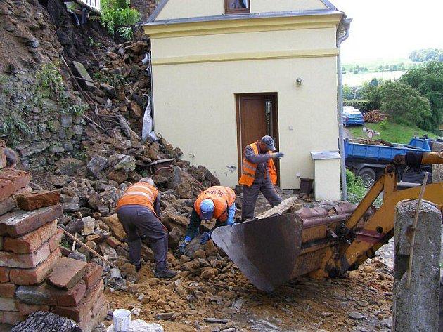 Podmáčené hradby ve Stříbře zavalily dům