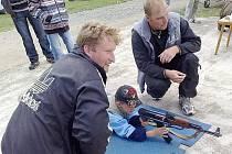 Dohled při střelbě na cíl na oslavách MDD v Trpístech měli místní členové SDH.