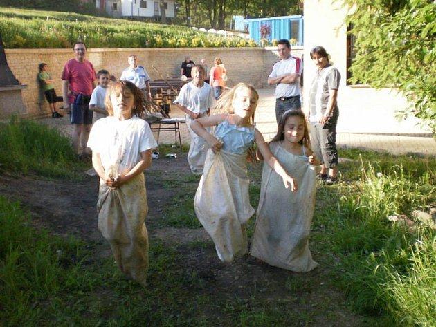 Stříbrské děti si svůj svátek na terénu užily. Nejvíce je bavily soutěže.