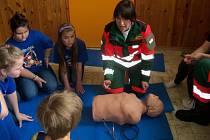 ZÁCHRANNÁ SLUŽBA Royal Rangers z Černošína seznámila žáky se zásadami první pomoci.