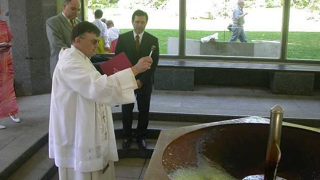 Společně s plzeňským biskupem kapličku v Bezdružicích vysvětí farář Vladimír Franze (na snímku).