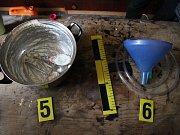 Věci nalezené při domovní prohlídce u pětice zadržených.