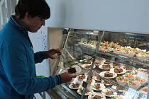 ŽÁK DEVÁTÉ TŘÍDY Základní školy v Přimdě  Aleš Bašta si vybírá z nabízených desertů ve vitríně.