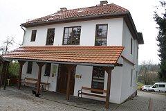 Budova střediska Víteček v Černošíně. Klienti vyrábí vánoční dekorace, které poté prodávají na vánočním trhu.