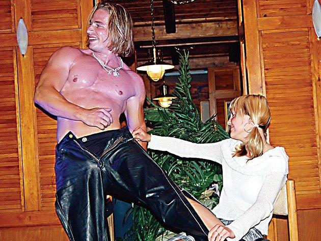 Návštěvnice rozvadovského kasina si sobotního vystoupení ostravských striptérů pořádně užily. Však to také Rocky, Mike a Deny (toho vidíme na snímku) pořádně rozbalili.