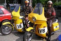 Pořádný rozruch způsobili na stříbrské čerpací stanici dva dobrodruzi, kteří se tam zastavili se svými Jawami 350. Přijeli ve stylovém oblečení retro na motocyklech bývalé Veřejné bezpečnosti.