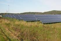 Fotovoltaické panely u Brodu nad Tichou.