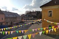 Vlaječky na náměstí v Bezdružicích.
