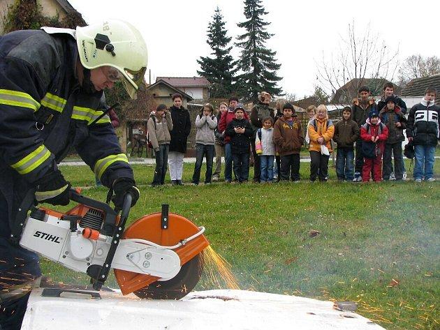Děti zaujala ukázka zásahu na střeše.