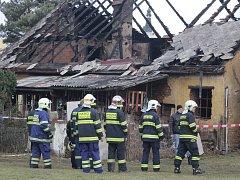 Hasiči se u vyhořelého domu v Chodové Plané domlouvali a připravovali na prohledávání uvnitř objektu.