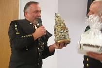 Karel Neuberger předal za stříbrský hornický spolek slovenským kolegům z Pezinoku na památku tzv. štufenverk, plastiku vyrobenou ze stříbrských minerálů.