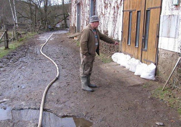 Voda v Kladrubech opadá.