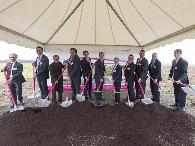 Ze zahájení stavby nového závodu v Ostrově u Stříbra.
