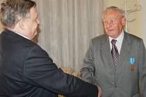 Pamětní medailí za vlast a za svobodu ocenili v pátek večer v Tachově zásluhy Miloslava Bendy.