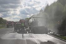 KAMION SHOŘEL i s nákladem. Pravděpodobně technická závada byla příčinou středečního podvečerního požáru kamionu s chladícím zařízením na dálnici u Nové Hospody.