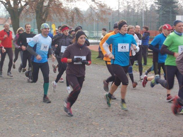START MIKULÁŠSKÉ DVACÍTKY. Na trať dvacátého ročníku tradičního závodu se vydalo bezmála padesát běžců a běžkyň.