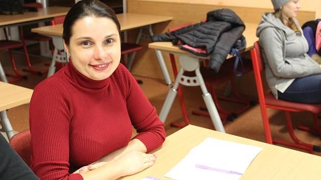 Paní Lena pochází z Ukrajiny. V Tachově navštěvuje kurz výuky českého jazyka. Chce Čechům, jak sama říká, dobře rozumět a umět se s nimi domluvit.