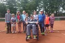 Plánská tenisová legenda František Šilhavý mezi malými nadějemi zdejšího oddílu, který poprvé v historii přihlásil mládežnická družstva.