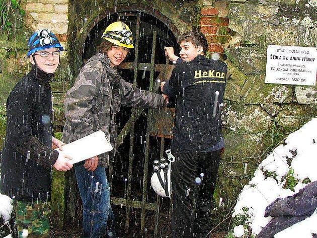 Studenti se snaží prozkoumat okolí Michalových Hor. Říkají si HeKon a zajímají se o důlní činnost.