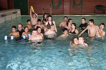 SETKALI SE V BAZÉNU. Děti z dětských domovů v Tachově a Plané dováděly v sobotu v tachovském bazénu.