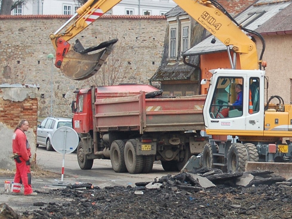 S výraznými změnami v dopravním značení a několika uzavřenými úseky se od středy setkávají motoristé v Tachově.