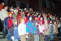 Dvěma stům návštěvníkům zazpíval vánoční koledy šedesátičlenný dětský sbor ze Základní školy v Přimdě