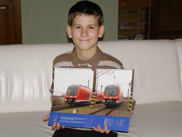 Matěj Brzica dostal v Cerhenicích kalendář s lokomotivami.