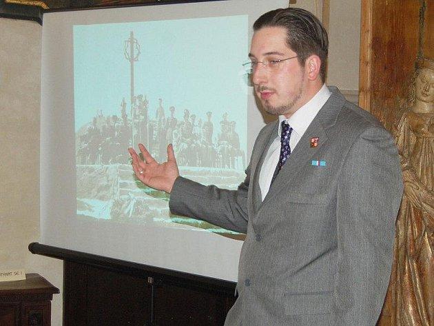 JIŘÍ NENUTIL při páteční prezentaci projektu, při kterém by se mělo exhumovat několik hrobů válečných obětí na Tachovsku.