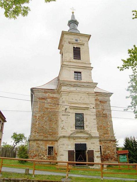 DOMINANTOU Skapců je kostel sv. trojice. Ten je v majetku církve, obec však spolupracuje na jeho obnově.