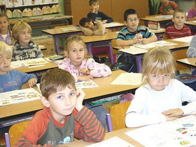 Základní škola v Boru oslavuje padesáté narozeniny. Tito prvňáčci jsou tedy zřejmě už třetí generace, která školu navštěvuje