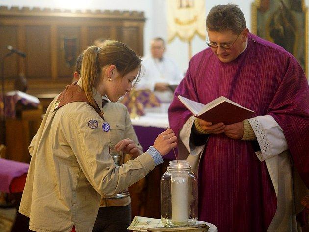 Betlémské světlo do kostela Nanebevzetí Panny Marie již tradičně přinesli tachovští skauti.