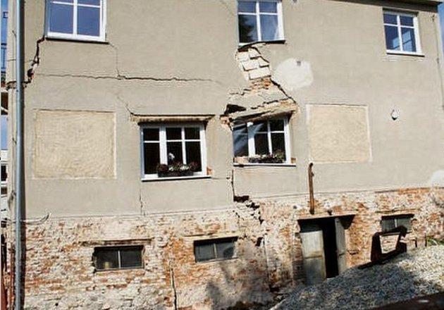 JÍLOVITÉ PODLOŽÍ pod domem v Malém Rapotíně se následkem zemních prací dalo do pohybu a dům se začal bortit.