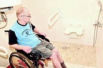 SPRCHA A SEDÁTKO PŘÍSTUPNÉ Z VOZÍKU jsou nyní pro Edvarda Lotka příjemnou změnou v koupelně bytu, ve kterém žije od roku 2009.