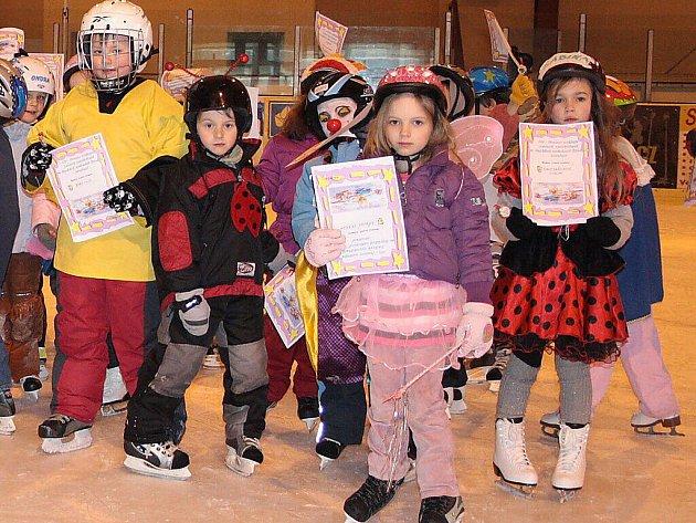 Hokejový klub Tachov rozdal dětem ledová vysvědčení za absolvování Školičky bruslení