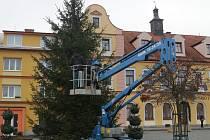 Vánoční strom se poprvé rozzáří na náměstíčku.