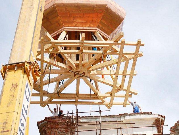 Více než dvacetitunový vrchol věže kostela musel vyzvednout speciální jeřáb. Přípravy trvaly několik hodin, samotné vyzvednutí a usazení na věž necelou půlhodinu.