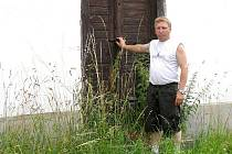 Josef Kantner z Milíkova ukazuje zarostlou náves.