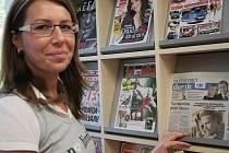 Vedoucí tachovské knihovny Lenka Erretová právě zakládá do přihrádky pondělní Tachovský deník.