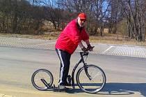 PROPAGÁTOR koloběžkového sportu na Tachovsku Zdeněk Černý se chystá na velikonoční jízdu z Prahy přes Budějovice a Plzeň na Říp.