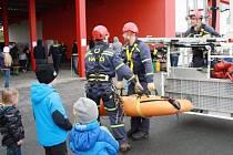 V RÁMCI oslav 30 let profesionální jednotky předvedli hasiči veřejnosti několik ukázek různých zásahů, mimo jiné záchranu osob z výšky.