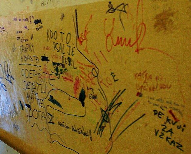 Vestibul tachovského nádraží je počmáraný, jde o dílo vandalů. Cestující mají tuto výzdobu na očích už řadu týdnů, zatím nikoho nenapadlo koupit barvu a znovu vymalovat.