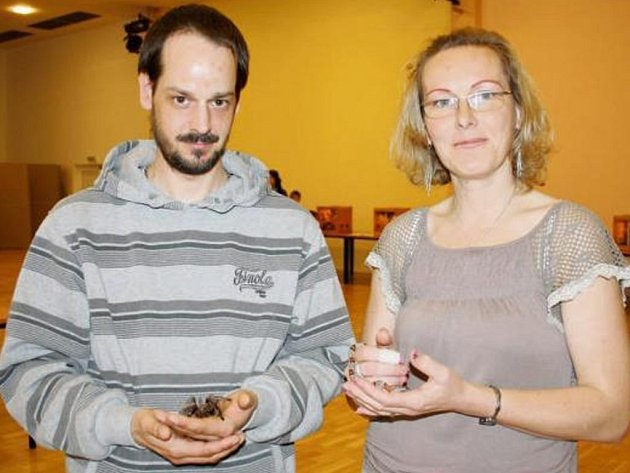 TEREZA VOJTOVÁ-CÍSLEROVÁ a Jiří Císler nabízeli při výstavě v tachovské Mži návštěvníkům možnost pohladit si pavoučka i hadí mládě.