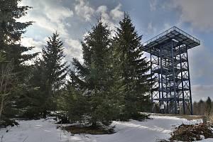 Předjaří v Českém lese: na vrcholcích sníh a turistické cíle bez lidí.