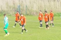 Jiskra Bezdružice (v oranžových dresech) prohrála v domácím utkání okresního přeboru druhé třídy s Tatranem Přimda vysoko 1:5.