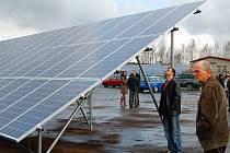 Ve Stráži byl ve středu zahájen provoz největší sluneční elektrárny na západě Čech. Elektrárna se rozkládá na 1,2 hektaru, sluneční paprsky tam pohlcuje téměř 2500 solárních panelů.