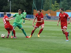 FK Tachov (v červených dresech) porazil doma Loko Vltavín 2:0.