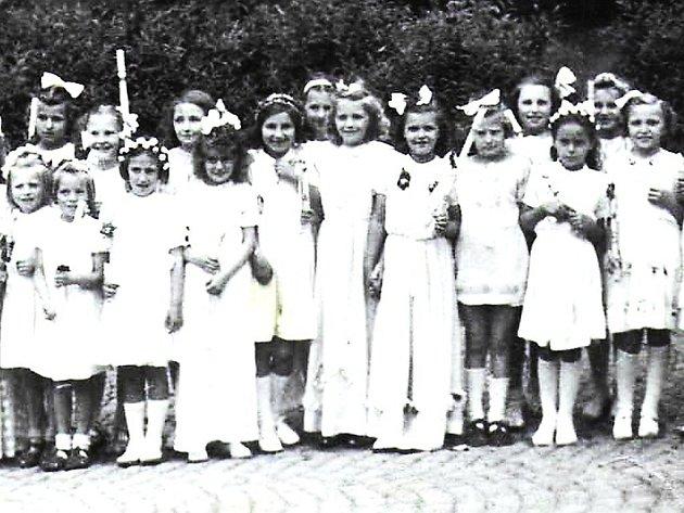 Třída dívek. Snímek je z prvního příjímání asi v roce 1948.