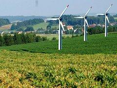 Tady někde, uprostřed polí, mezi Tisovou, Částkovem a Starým Sedlištěm, má vyrůst  minipark čtyř větrných elektráren. Jestli tu stát budou, musejí říct občané v anketě.
