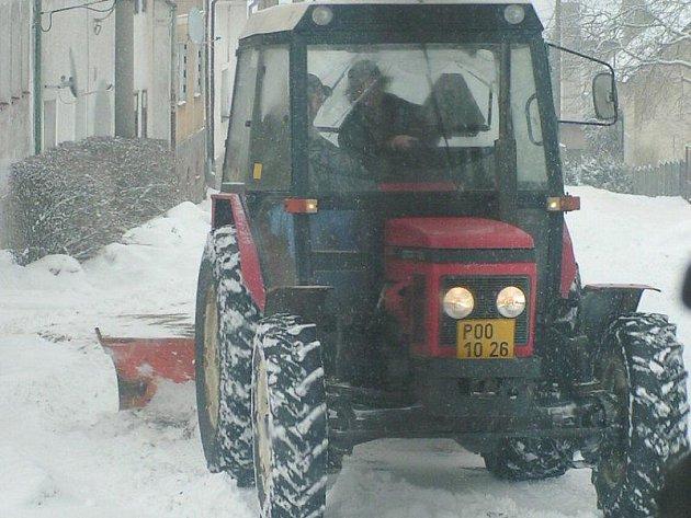 Zima se nevzdala, a tak i malé obce se snažili o víkendu uklízet sněhovou nadílku. V sobotu vyjel do ulic i traktorista Baláž, aby prohrnul obecní komunikace.
