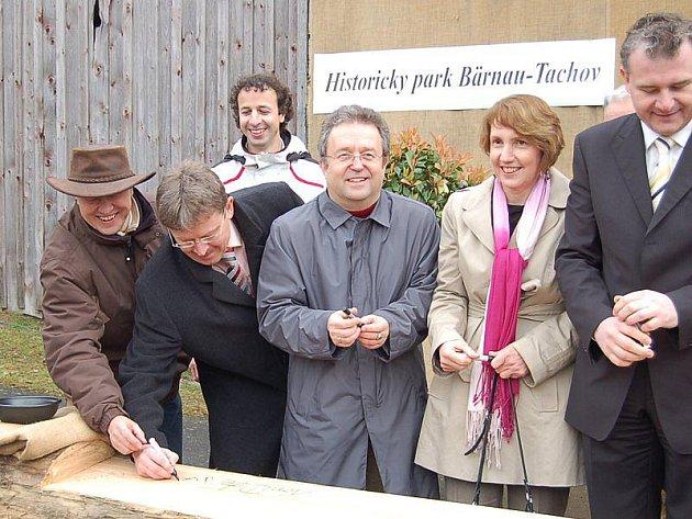 Aktéři zahájení při podpisu otesaného kmenu. Vlevo v klobouku Roman Soukup, v pozadí Robert Dvořák, oba z tachovského sdružení Terra Tachovia.